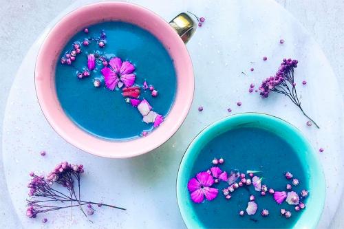 Блакитний матча, біла кава і ще 4 незвичайних варіацій звичних продуктів